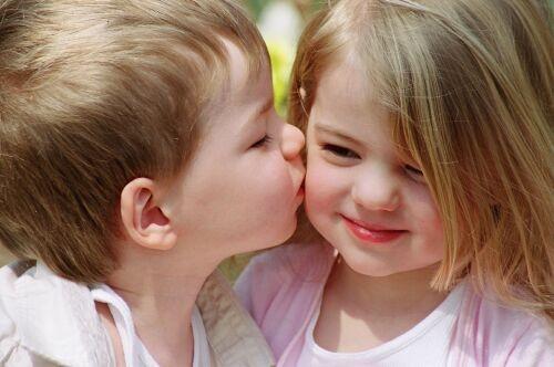 بالصور اصغر حبيبين , صور حب الطفوله 2817 9