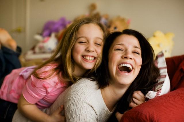 صوره صور ام وبنتها , اجمل مشاعر بين الام وطفلتها